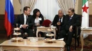 صورة نشرتها سبوتنيك لاستقبال الرئيس الجزائري عبد العزيز بوتفليقة (يمين) رئيس الوزراء الروسي ديمتري مدفيديف في الجزائر في 10 تشرين الاول/اكتوبر 2017