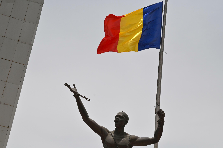 صورة التُقطت في نجامينا في 23 نيسان/أبريل 2021 يظهر فيها علم تشاد على تمثال في ساحة الأمة أثناء مراسم تشييه الرئيس إدريس ديبي إتنو