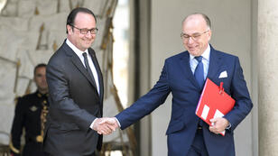 François Hollande et Bernard Cazeneuve, le 26 avril 2017, sur le perron de l'Élysée.