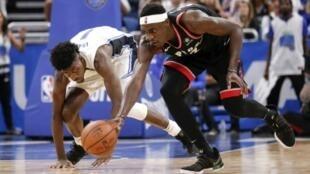 Pascal Siakam (d) des Toronto Raptors à la lutte avec Jonathan Isaac du Orlando Magic en match 3 des play-offs NBA, le 19 avril 2019 à Orlando