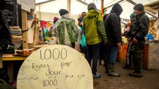 """Une échoppe faisant office de restaurant dans la """"jungle"""" de Calais, en mars 2016."""