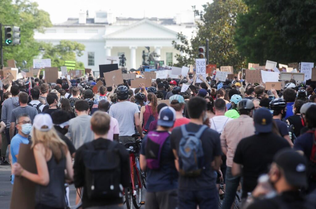 Decenas de manifestantes en la entrada de la Casa Blanca durante las protestas por la muerte bajo custodia policial de George Floyd, Washington, Estados Unidos. 2 de junio de 2020.