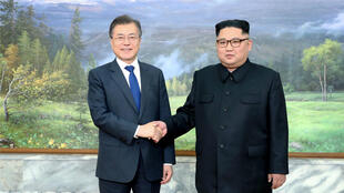 El líder de Corea del Sur, Moon Jae-in y de Corea del Norte, Kim Jong-un durante la cumbre en mayo en Panmunjom. 26 de mayo de 2018.