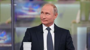 الرئيس الروسي فلاديمير بوتين أثناء حلقة أسئلة وأجوبة سنوية تقليدية نقلتها القنوات التلفزيونية في موسكو 7 حزيران/يونيو 2018