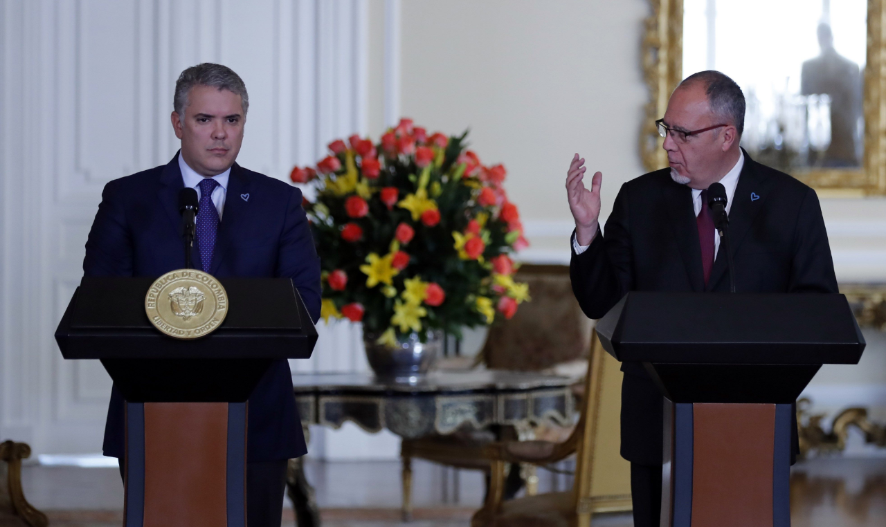 El presidente de Colombia, Iván Duque (izq.), junto al representante de la UNODC, Pierre Lapaque (der.) en Bogotá, Colombia. 2 de agosto de 2019.