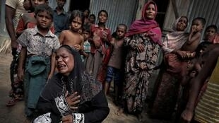 Refugiados de la minoría rohinyá en un funeral de un familiar muerto por las heridas provocadas por el ejército de Birmania antes de escapara hacia Bangladesh.