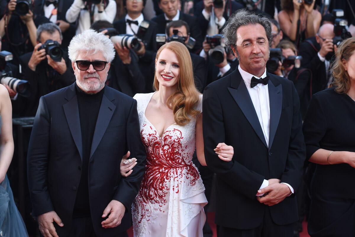 Jessica Chastain, toujours aussi rayonnante, est arrivée dans une longue robe blanche et rouge avec les autres membres du jury. On reconnaît à sa gauche Pedro Almodovar, le président du jury de cette année, et à sa droite le cinéaste italien Paolo Sorrentino.