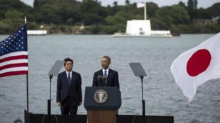 Shinzo Abe et Barack Obama rendent hommage aux victimes de Pearl Harbor, le 27 décembre 2016.