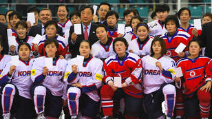 Les équipes féminines de hockey de Corée du Nord et de Corée du Sud, lors d'un tournoi en avril 2017.