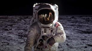 El astronauta del Apolo 11, Buzz Aldrin, camina sobre la superficie de la Luna.