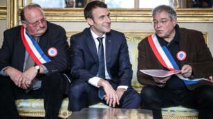 Emmanuel Macron à côté de Vanik Berberian (d), président de l'Association des maires ruraux de France, le 14 janvier 2019.