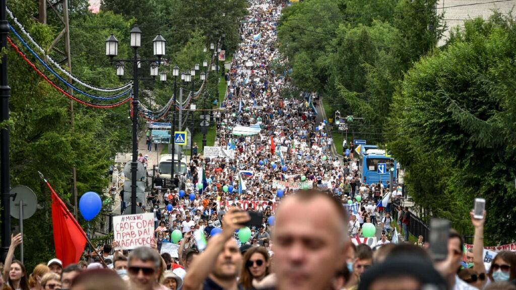 En esta imagen se puede observar lo multitudinario de las protestas en la ciudad del Lejano Oriente Ruso de Jabárovsk, en favor de la liberación de su gobernador y en contra de Putin. 25 de julio de 2020.