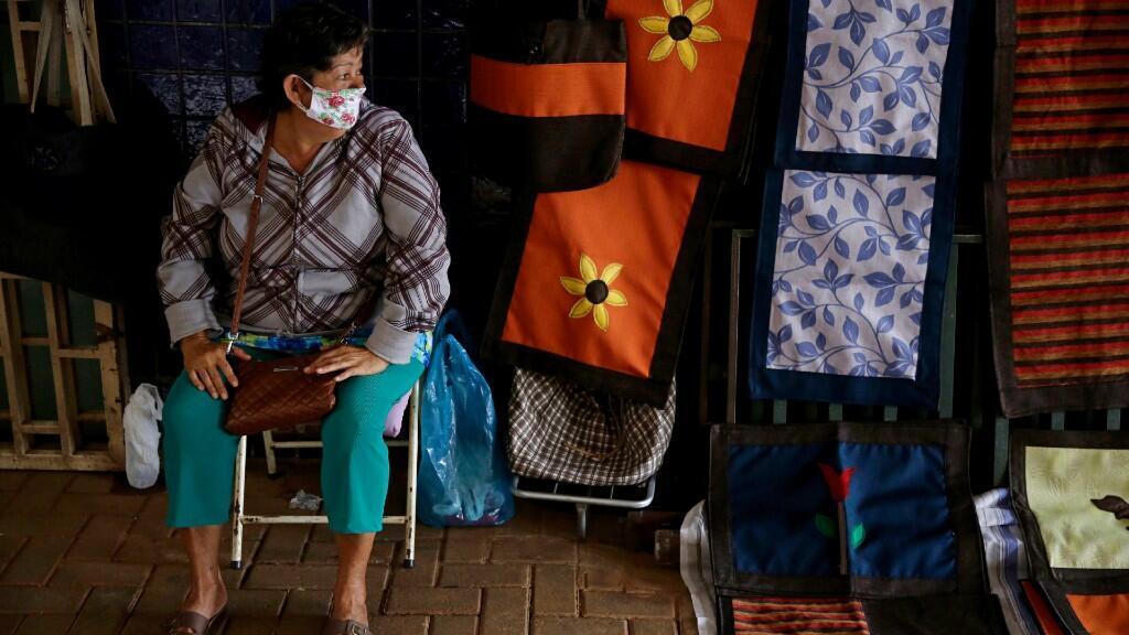 Una vendedora usa tapabocas en su tienda abierta al público en la ciudad de Brasilia, Brasil. 18 de mayo de 2020.