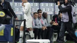 النجم البرازيلي لباريس سان جرمان يخرج من الملعب بعد إصابته أمام بوردو في الدوري الفرنسي لكرة القدم، بوردو، جنوب غرب فرنسا في 2 كانون الأول/ديسمبر 2018