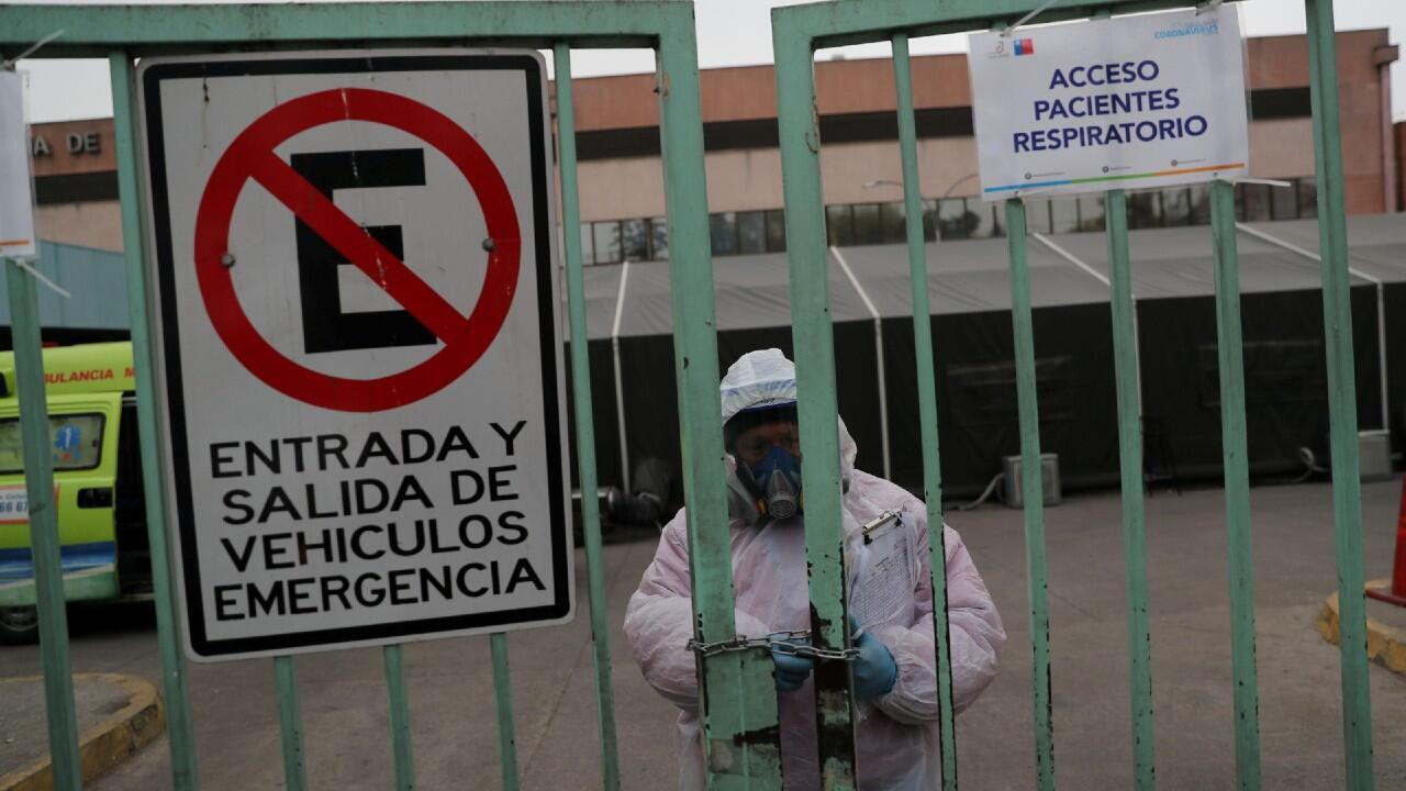 Un trabajador de salud cierra una entrada al hospital público de San José en Santiago, Chile, 28 de mayo de 2020.