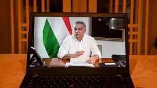 Un ordenador portátil reproduce el anuncio de Viktor Orban de un confinamiento partcial en Hungría para combatir la pandemia del coronavirus, el 9 de noviembre de 2020 en Budapest