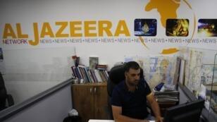 Des journalistes d'Al-Jazira dans leurs bureaux de Jérusalem, le 31 juillet 2017.