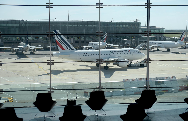 L'aéroport de Paris Charles de Gaulle, le plus grand hub international de France, est en grande partie vide depuis le début de la pandémie de Covid-19.