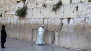AFP / Le pape priant au Mur des Lamentations.