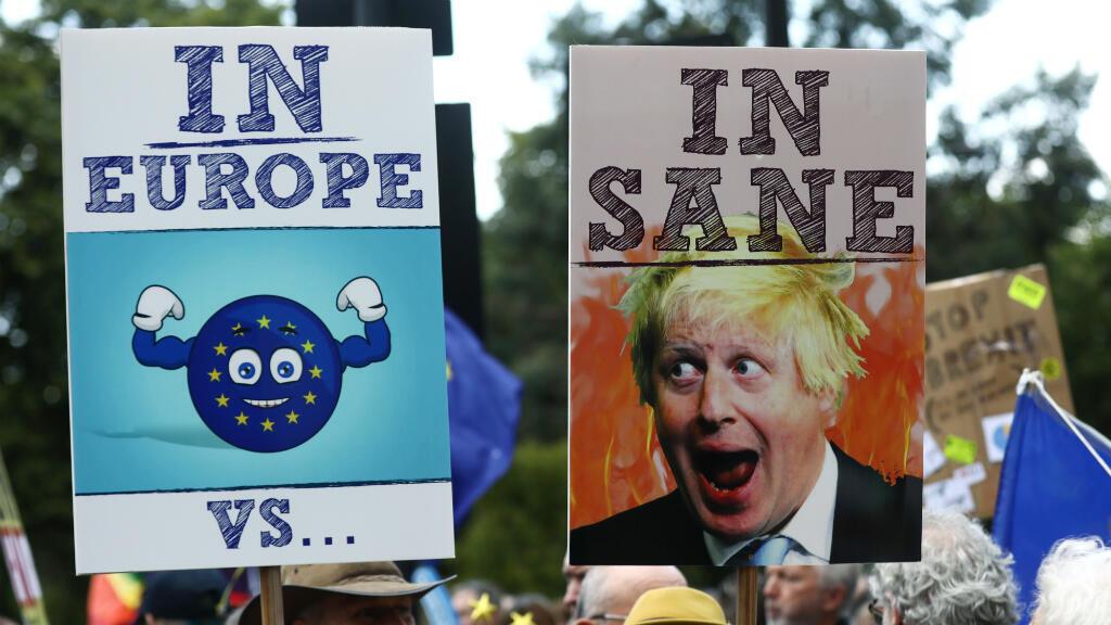 Manifestantes anti Brexit sostienen pancartas durante la marcha 'No a Boris, Sí a Europa' en Londres, Reino Unido, el 20 de julio de 2019.