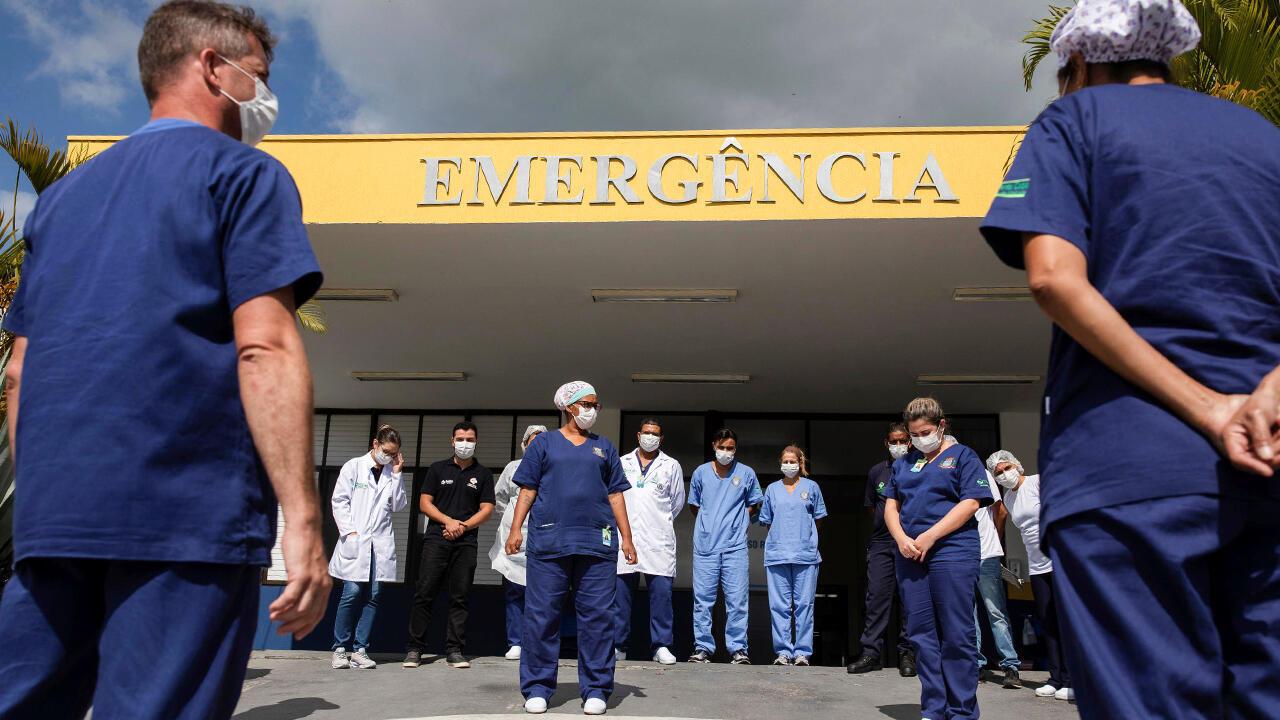 El personal de la salud del hospital Mario Covas JR, en São Paulo, Brasil, reza todas las mañanas en medio de la pandemia del Covid-19, tal como lo hacen el 24 de abril de 2020.