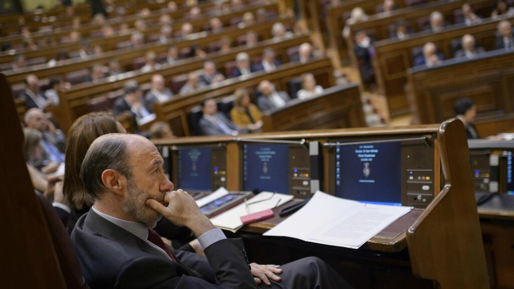 Alfredo Pérez Rubalcaba, miembro del Partido Socialista (PSOE), se sienta en la Cámara Baja del Parlamento de España el 11 de junio de 2014 durante una sesión para votar sobre el proyecto de ley que permite la abdicación del rey Juan Carlos en el Senado.