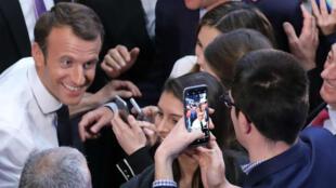 """Emmanuel Macron dans le gymnase de l'université George Washington, aménagé en """"town hall"""" pour l'occasion, mercredi 25 avril 2018."""