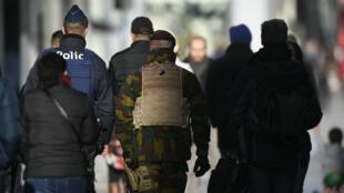 Des policiers et des militaires patrouillent dans Bruxelles, le 21 novembre 2015.