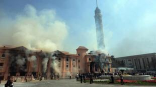 Des locaux de la police incendiés au Caire, le 9 mars dernier