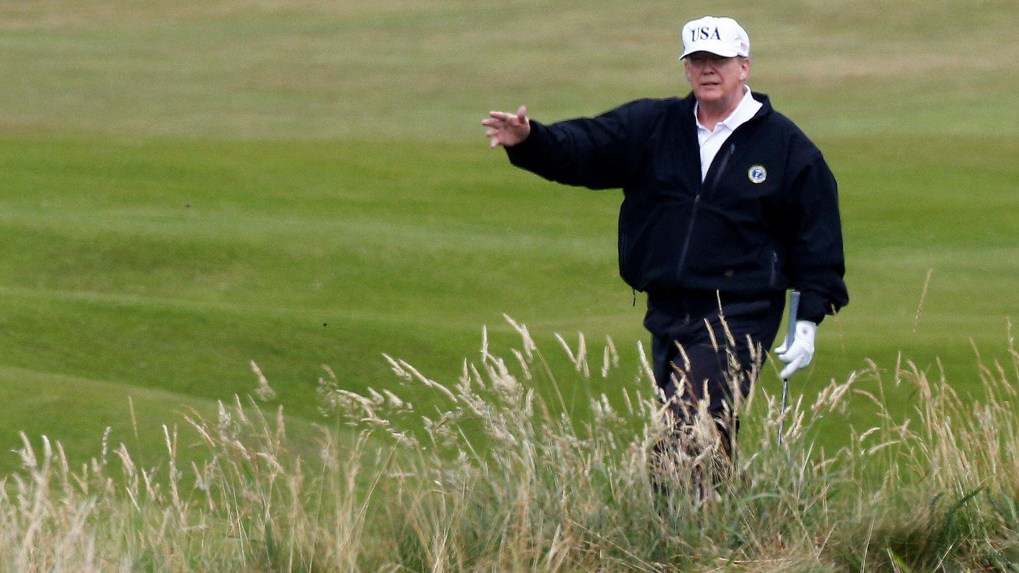 El presidente de EE. UU., Donald Trump, hace un gesto mientras camina en su campo de golf, en Turnberry, Escocia.