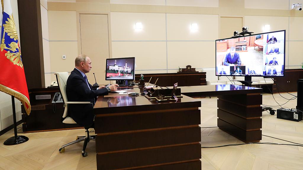 El presidente de la Federación Rusa, Vladimir Putin, realiza una videoconferencia con líderes regionales para gestionar la crisis del coronavirus.