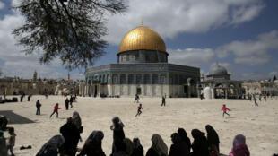 Des Palestiniens passent devant le Dôme du rocher, aux abords de la mosquée Al-Aqsa.