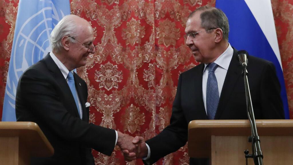 El ministro de Relaciones Exteriores de Rusia, Serguéi Lavrov (derecha) saluda al enviado especial de la ONU para Siria, Staffan de Mistura, tras una conferencia de prensa en Moscú. Abril 20 de 2018.