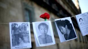 Algunas de las fotografías de personas desaparecidas exhibidas durante la manifestación realizada en honor al Día Internacional de las Víctimas de Desapariciones Forzadas a las afueras del Palacio Nacional en la Ciudad de México, México, el 30 de agosto de 2019.