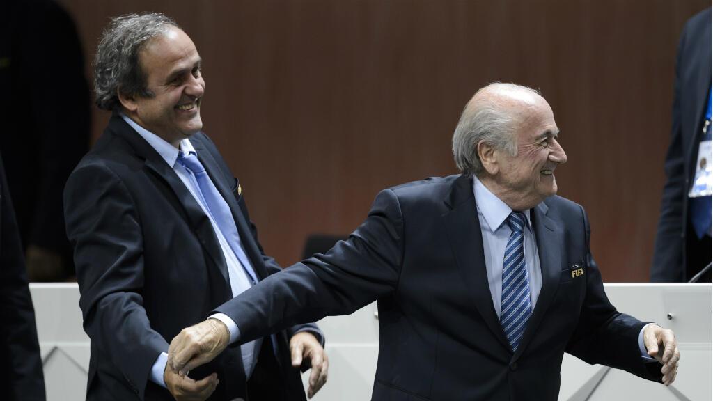 Michel Platini plaisante avec Sepp Blatter, après sa réelection à la tête de la Fifa, le 29 mai 2015 à Zurich.
