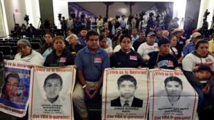 Los familiares de algunos de los 43 estudiantes de la escuela de Ayotzinapa que desaparecieron en 2014, asisten a la instalación de una comisión de la verdad sobre el caso en el Ministerio del Interior en la Ciudad de México el 15 de enero de 2019.