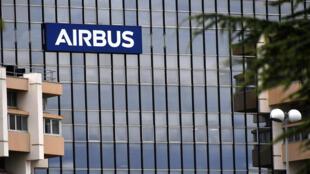 Le logo Airbus sur le siège de l'entreprise, à Saint-Martin du Touch, près de Blagnac, dans la banlieue de Toulouse, le 2 juillet 2020.