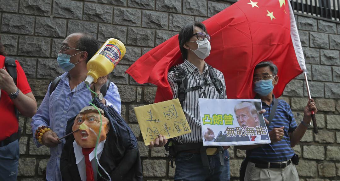Manifestantes simpatizantes de China protestan frente a la embajada de EE. UU. en Hong Kong contra el presidente estadounidense, Donald Trump, el 30 de mayo de 2020.
