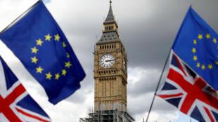 Banderas de Reino Unido y la Unión Europea ondean cerca de la Torre Elizabeth durante una marcha contra el Brexit en el centro de Londres, el 9 de septiembre de 2017.