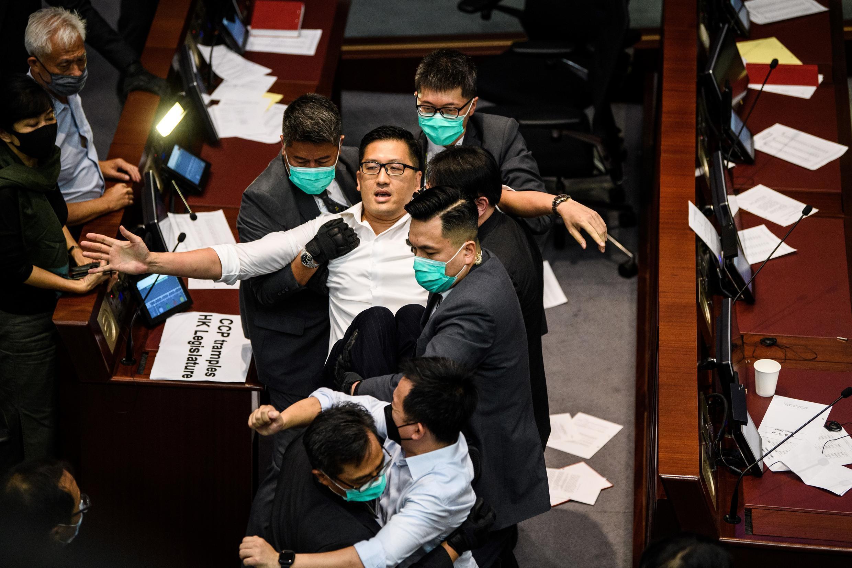 L'élu de l'opposition hong-kongaise Lam Cheuk-ting  arrêté par la sécurité du Conseil législatif de Honk Kong, le 18 mai 2020, après  avoir fait un esclandre en pleine séance parlementaire.