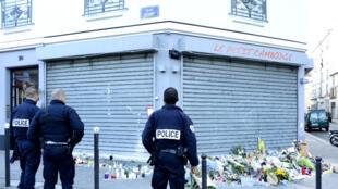 Des fleurs déposées en hommage aux victimes des attentats devant le restaurant Le Petit Cambodge, le 15 novembre 2015, à Paris.