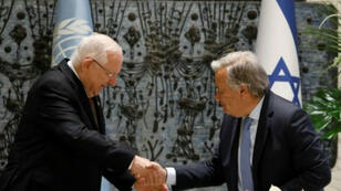 الرئيس الإسرائيلي رؤوفين ريفلين (يسار) يصافح الأمين العام للأمم المتحدة أنطونيو غوتيريش قبل لقائهما في القدس.
