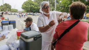 Des personnes se font vacciner contre la rougeole à Cucuta en Colombie, le 21mars2018.