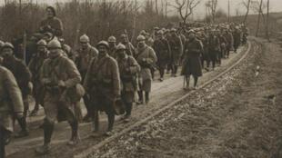 Le 61e bataillon de chasseurs à pied en route pour Verdun sur la route de Brabant-le-Roi, le 11 mars 1916.