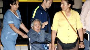 El expresidente peruano Alberto Fujimori acompañado por su hijo Kenji Fujimori cuando salió de su primera hospitalización este año, en el Centenario en Lima, Perú, el 4 de enero de 2018.