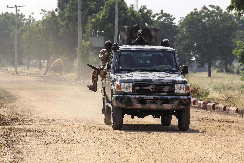عسكريون نيجيريون أثناء دورية في نغامدو في شمال شرق نيجيريا في 3 تشرين الثاني/نوفمبر 2020.
