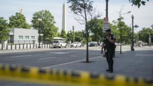 La police a installé brièvement un périmètre de sécurité autour de la Maison Blanche, le 20 mai 2016, après qu'un homme armé a été intercepté près du bâtiment.