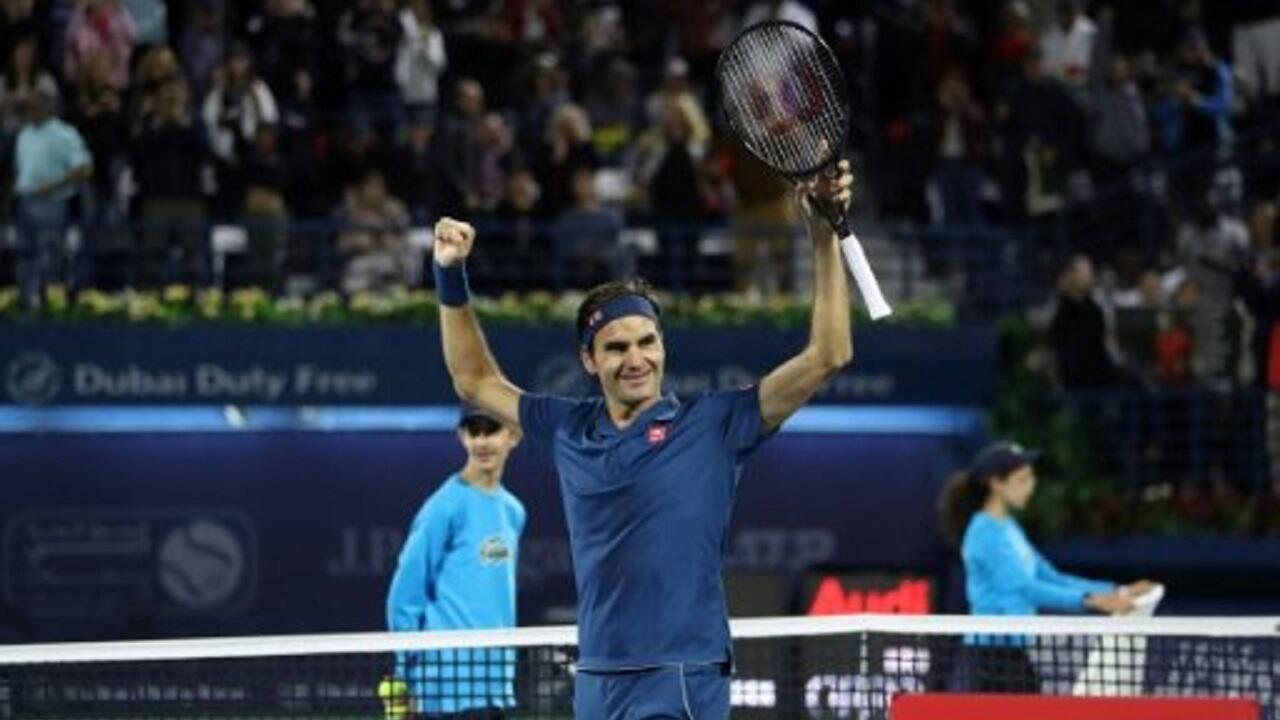 فيدرير يحتفل بفوزه بلقب دورة دبي لكرة المضرب. 02/03/2020