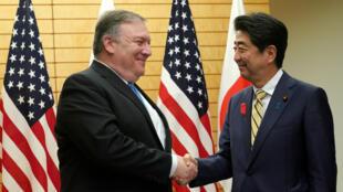 El secretario de Estado de EE. UU., Mike Pompeo, y el primer ministro japonés, Shinzo Abe, se dan la mano antes de una reunión en Tokio, Japón, 6 de octubre de 2018.