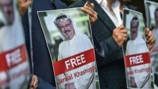 Des manifestants tiennent des portraits de Jamal Khashoggi pour demander sa remise en liberté, le 5 octobre 2018 devant le consulat saoudien à Istanbul.